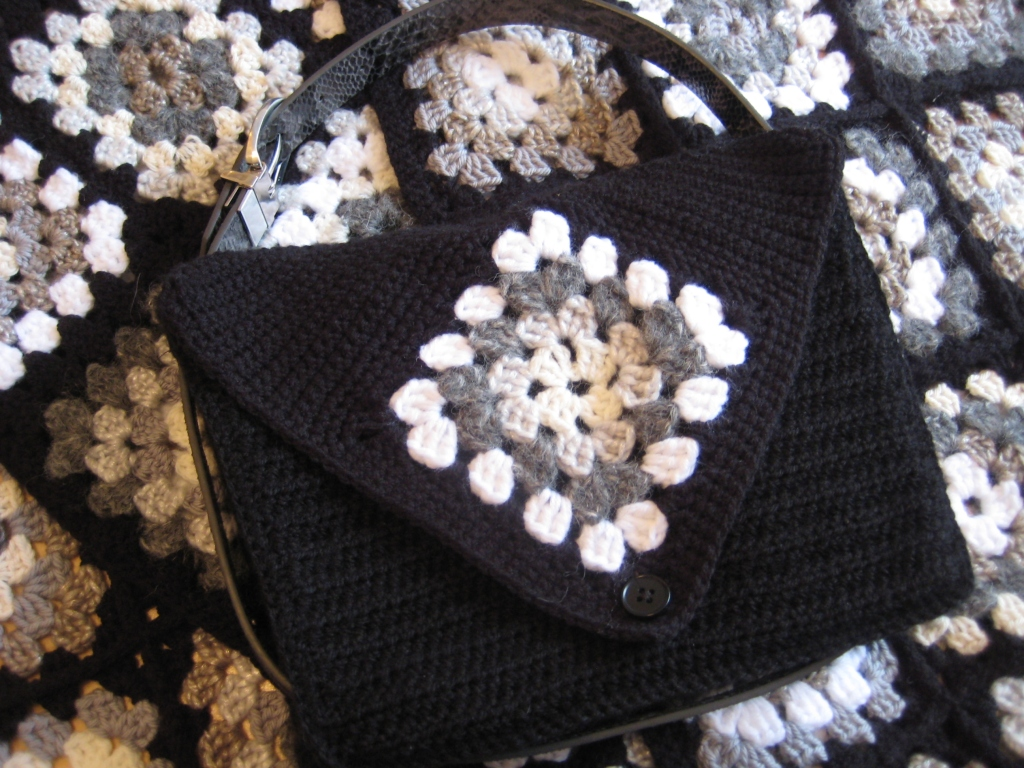 Yet another Granny Square Bag! With these squares, the possibilities ...
