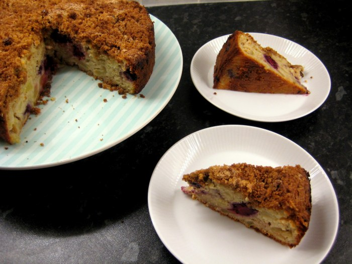 Sweet crunchy topping, moist cake... yum!