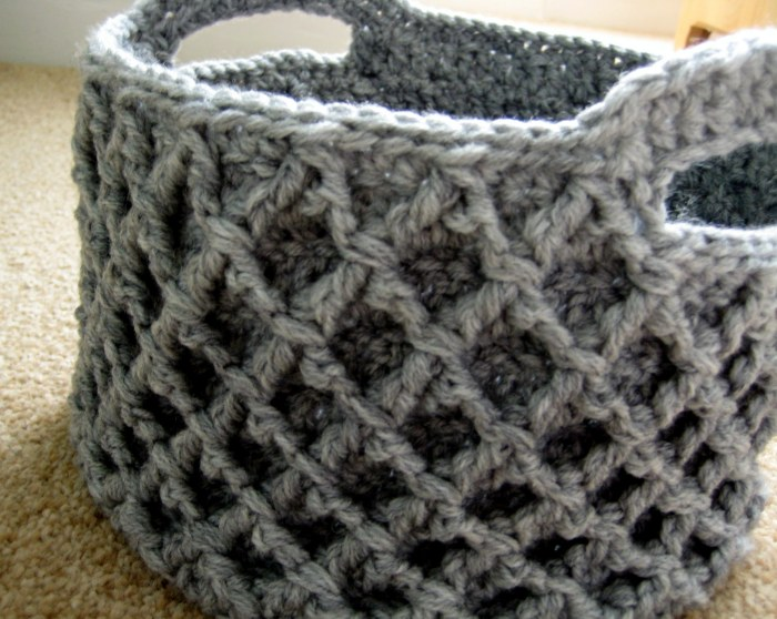 Free pattern for crochet basket - Diamond trellis stitch makes the sides stiff and it is made in one piece!