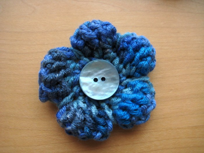Small Puffy Flower - A super quick and free cute crochet pattern